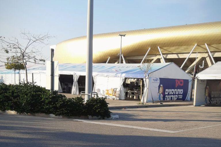 Un centro de vacunación en un estacionamiento de un estadio en Israel