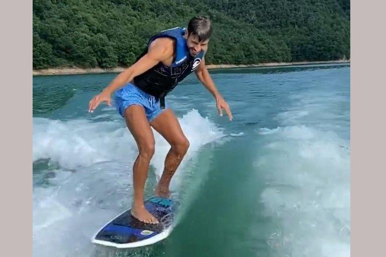 Gerard Piqué sorprende con sus habilidades en el wakesurfing