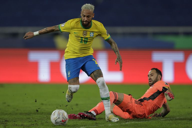 Neymar, un distinto; aquí busca eludir al colombiano Ospina