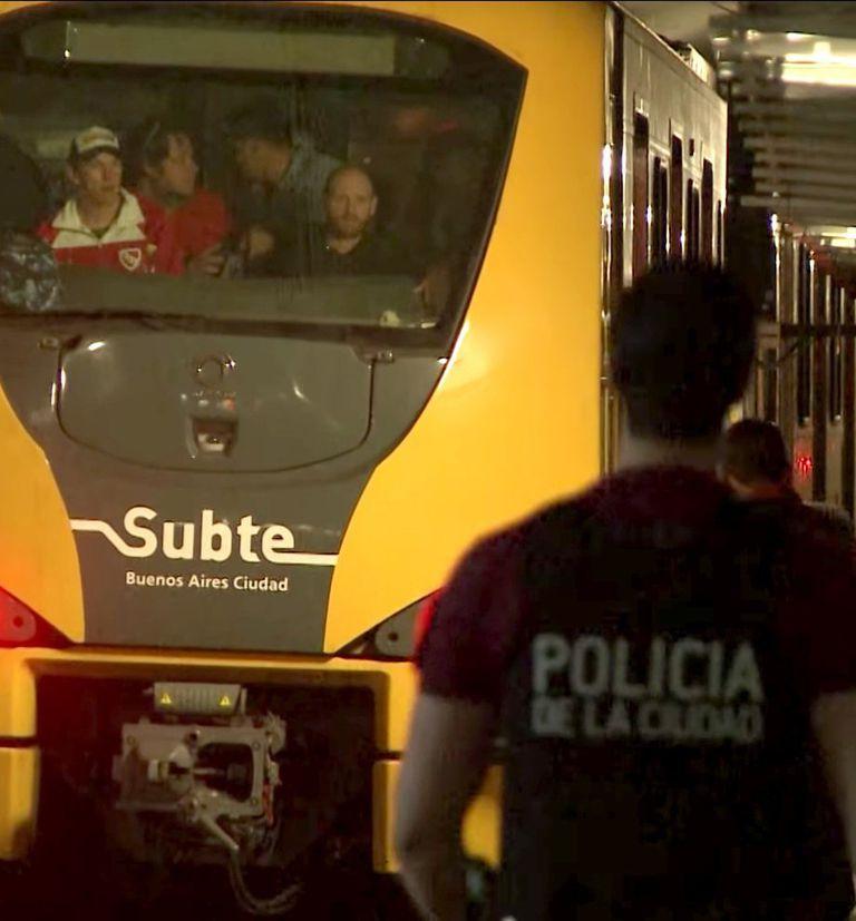 Un grupo de delegados bloquea la cabina de un tren en la línea H