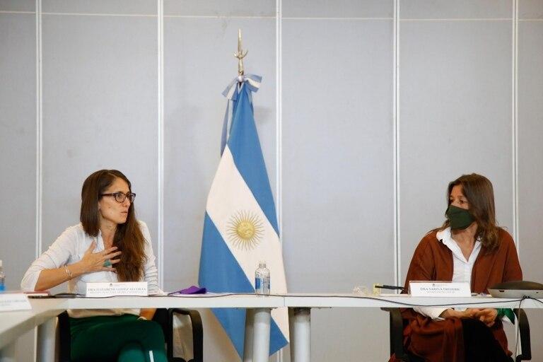 Las ministras Elizabeth Gómez Alcorta y Sabina Frederic presentaron el informe sobre homicidios dolosos de mujeres