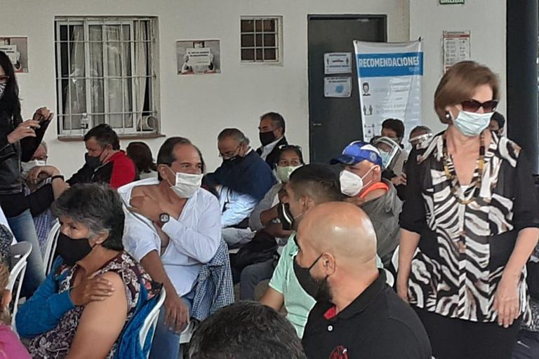 José Alperovich y Beatriz Rojkés recibieron la vacuna contra la covid-19 en el hipódromo