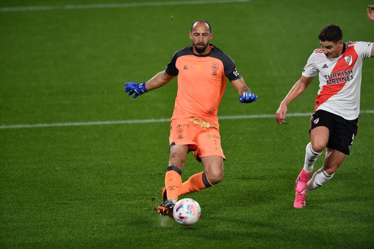 El arquero Díaz llega a la pelota antes que Álvarez