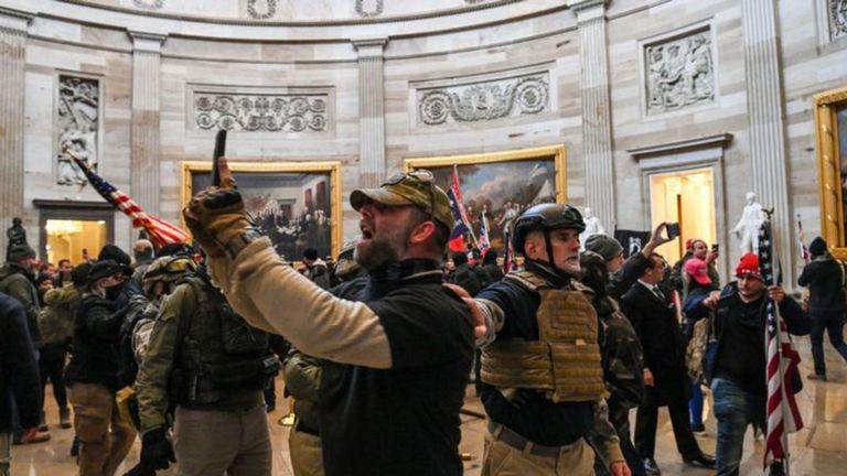 """La llegada de los manifestantes obligó a los congresistas a suspender la sesión. Trump compartió un video en Twitter en el que les pidió a sus seguidores que se marcharan a casa, no sin antes insistir en su idea de que las elecciones fueron """"un robo"""""""