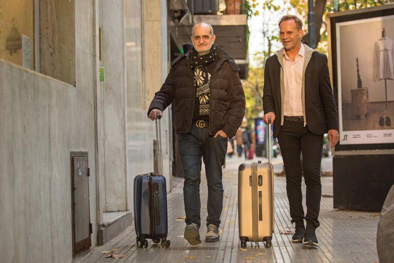 """""""Lo único que me interesa es ganarle a la vida, ser positivo y aggiornarme para que la moda argentina no se acabe"""", sostiene el diseñador. En la foto, con las valijas en mano acompañado por su socio, Thiago Pinheiro."""