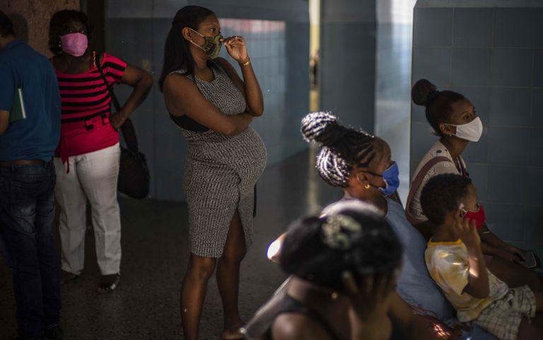 Una mujer embarazada espera para recibir una dosis de la vacuna Abdala cubana en una clínica en La Habana (AP Foto/Ramon Espinosa)