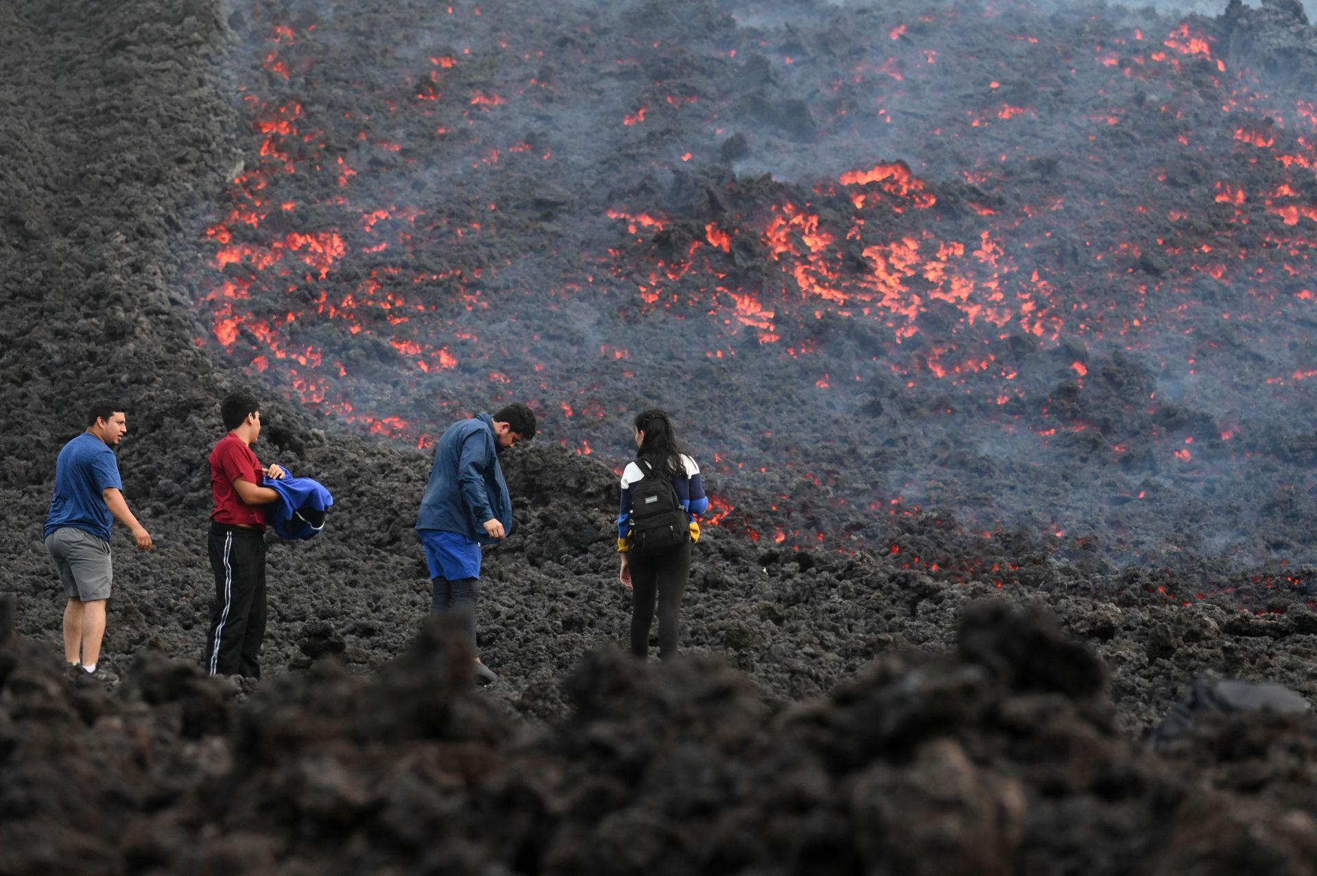 Los turistas se acercan a ver el espectáculo de la lava del volcán Pacaya