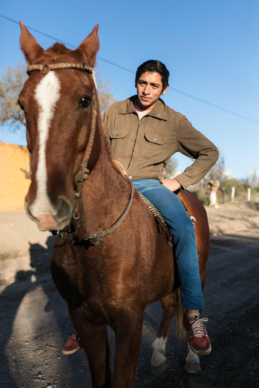 Un poblador de Alto Jagüé a caballo por una de las calles del pueblo riojano.