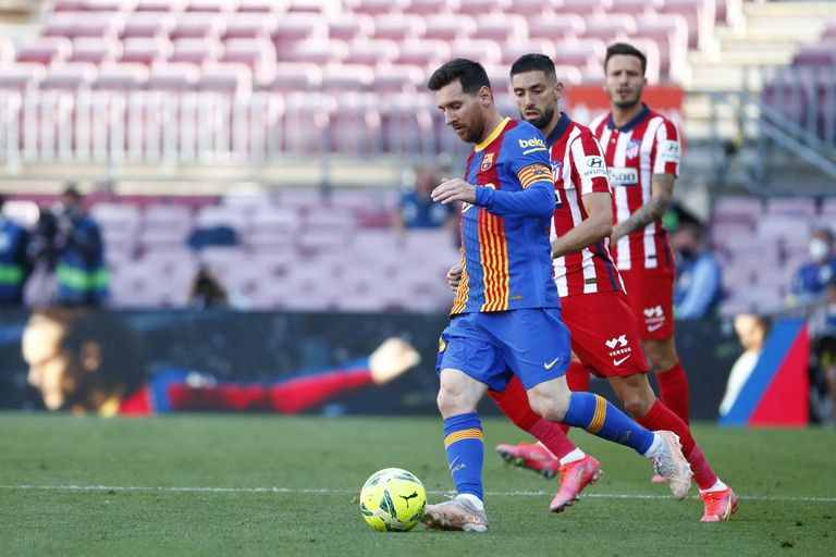 Lionel Messi, capitán de un Barcelona que debe ganar y ser favorecido por otros resultado para conservar posibilidades de conquistar la liga española; Atlético de Madrid tiene todo en favor para recobrar el cetro.