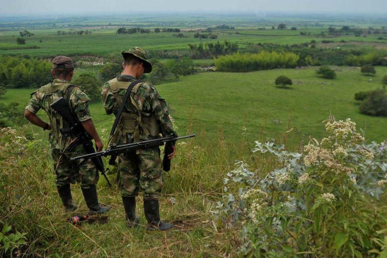 Dos soldados de las FARC patrullan un territorio de Colombia