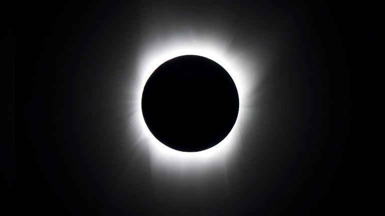 En un eclipse solar total el Sol queda completamente tapado por la Luna y solo se puede ver la corona del astro