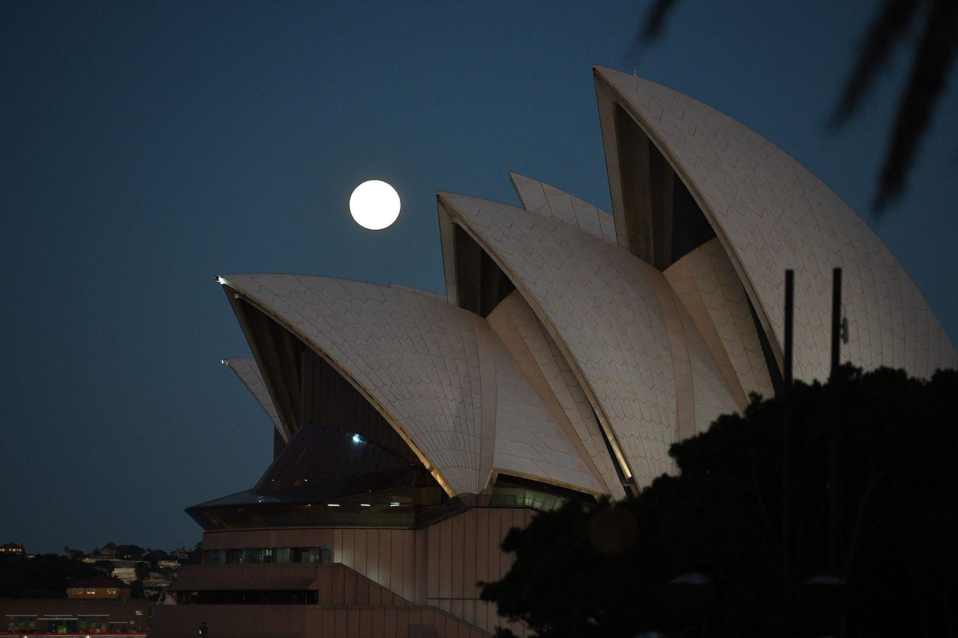 La luna ilumina la Opera de Sidney
