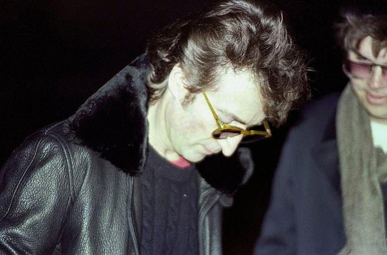 Lennon firmando el disco Double Fantasy a Mark Chapman, en el primer encuentro, horas más tarde, cuando vuelve Lennon al Dakota sucede la tragedia. La foto la sacó Paul Goresh, un fotógrafo aficionado que estaba esperando a Lennon al igual que Chapman