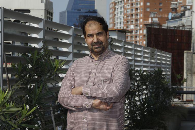 Omar Lewall no se separa de la televisión y los diarios que publican noticias sobre su país