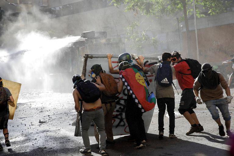 Las calles de Santiago, escenario ayer de nuevos enfrentamientos