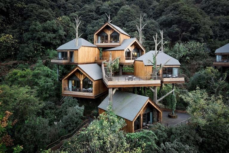 El Senbo Resort Hangzhou, mimetizado con el paisaje de montaña y bosque en China.