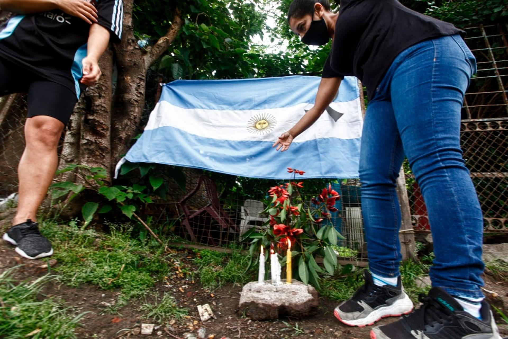 Un altar improvisado en la casa natal de Diego Maradona, en el día de su fallecimiento.