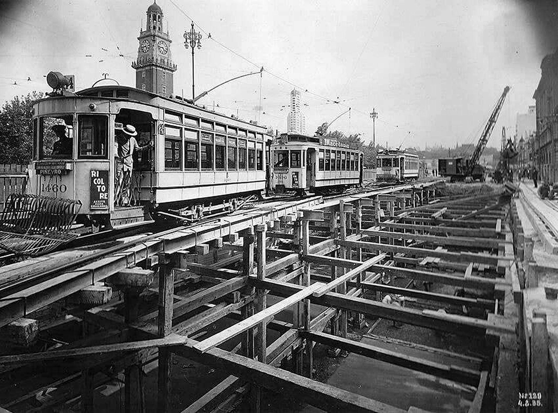 El tranvía no se detenía, ni siquiera durante las obras de construcción de la línea C del Subte.