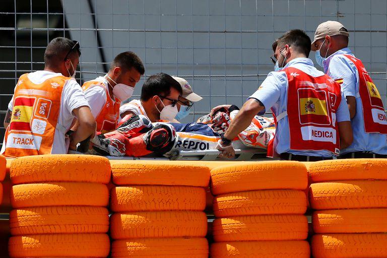 Tras la caída, Marc Marquez es retirado de la pista en camilla y trasladado a un hospital; luego se confirmaría la fractura de húmero.