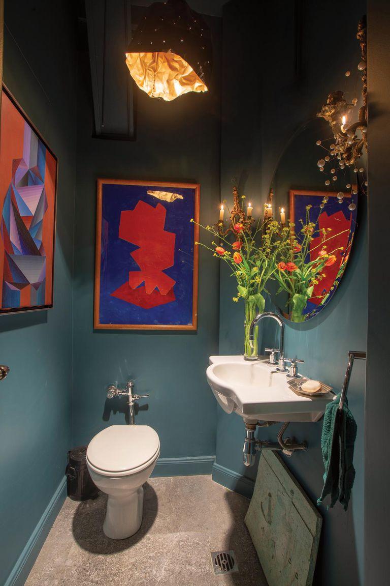 Un original ramo de La Gracia y un par de cuadros con formas geométricas se destacan en el toilette.
