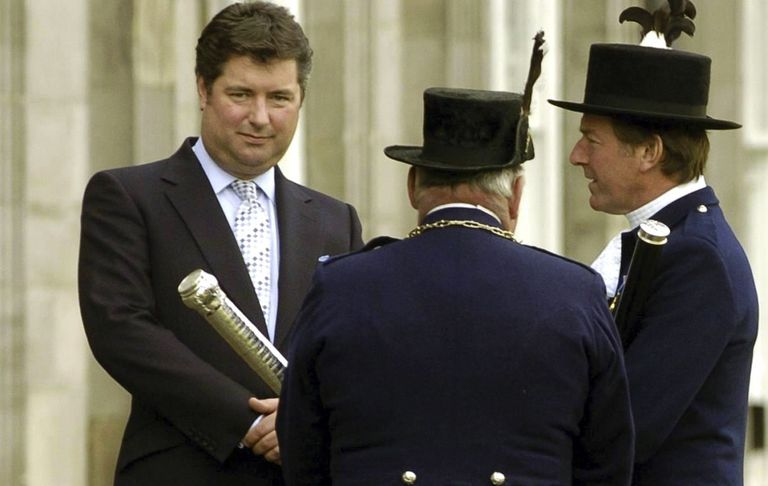 Michael Fawcett (a la izquierda) renunció a su puesto como director de una organización benéfica de la corona entre reportes sobre que aseguró a conseguir un reconocimiento oficial para un donante saudí. (PA via AP, Archivo)