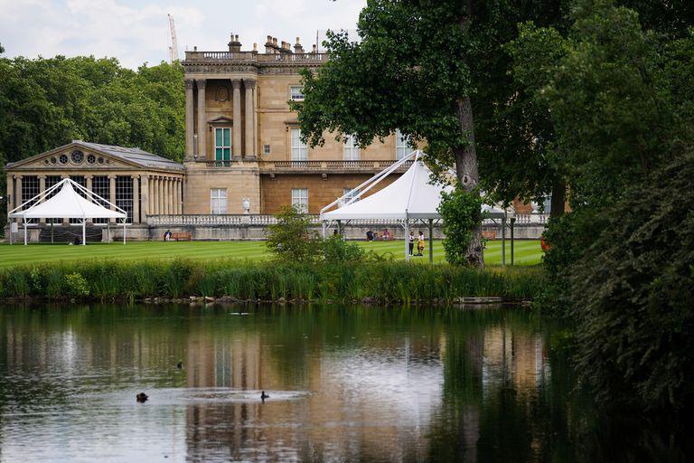Una vista del lago durante una visita previa por el Jardín del Palacio de Buckingham, la residencia oficial de la reina Isabel II en Londres, que se abre al público el viernes.