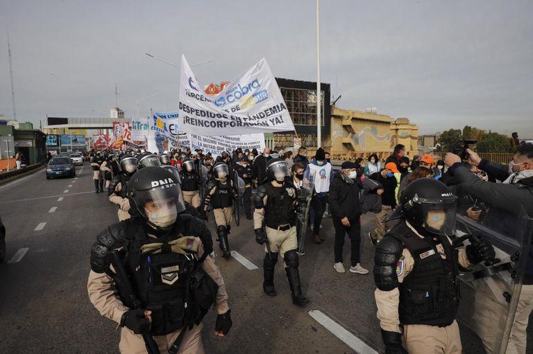 Organizaciones sociales cortaron el puente Pueyrredón y marchan hacia la 9 de Julio