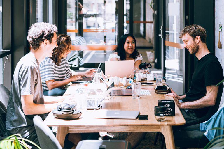 Las pirámides de las organizaciones empiezan a generar capas que no tienen otro propósito que introducir jerarquías, que ayudan a promover a unos empleados para complacerlos y mantenerlos motivados