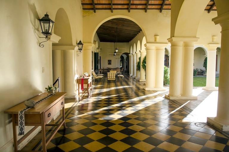 La maravillosa y conservada galería de la estancia de Finca Quara