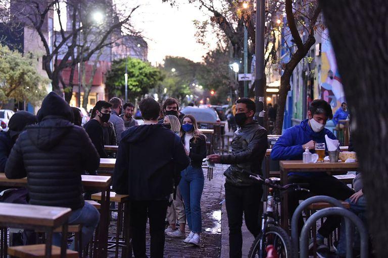 Bares con mesas a la calle, en el barrio de Palermo