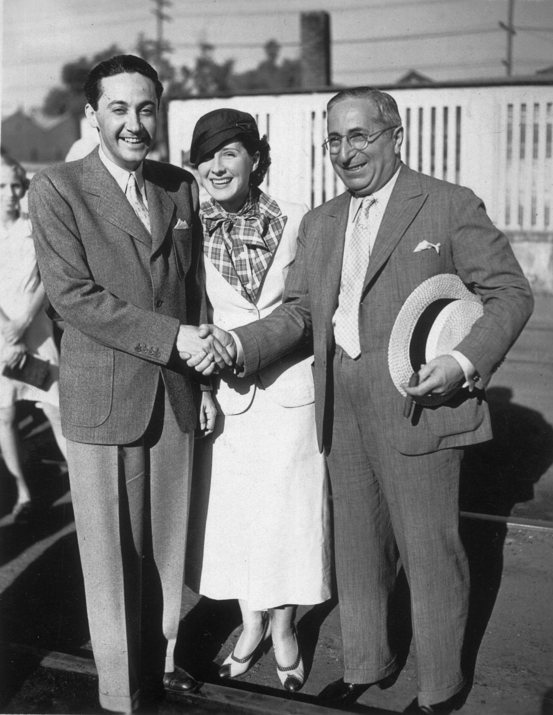 """Irving Thalberg, el """"chico maravilla"""" y Louis B. Mayer, responsables de los estudios MGM, en 1932, junto a la esposa de Thalberg, la actriz Norma Shearer, en 1932"""