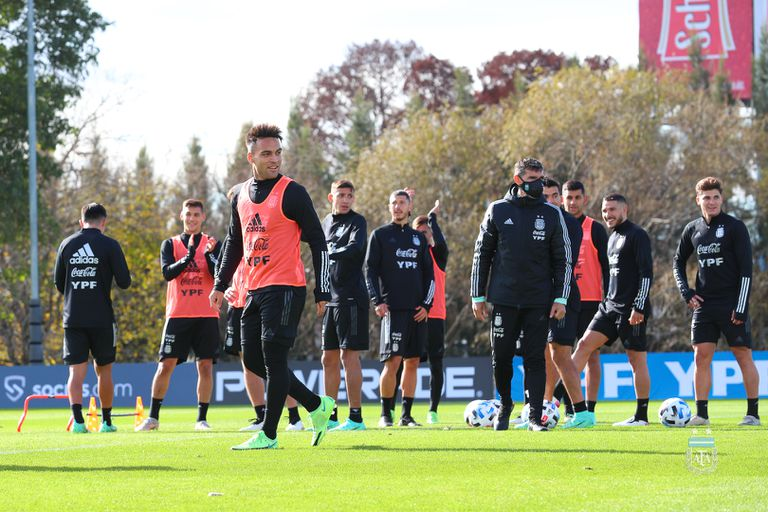 Lautaro Martinez, al frente, en un entrenamiento de la selección argentina en el predio de AFA, en Ezeiza.