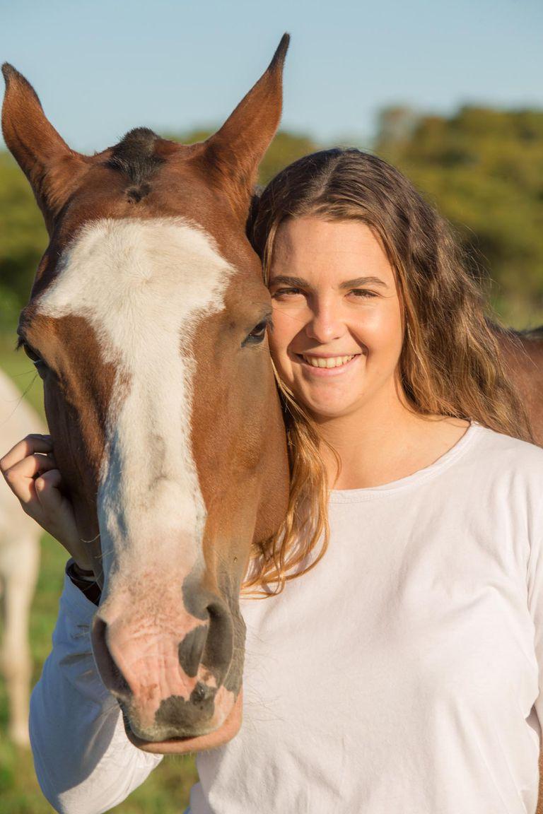 """""""Al terminar el colegio empecé a estudiar Administración de Empresas pero me di cuenta de que todo el día pensaba y soñaba con los caballos y el polo"""", dice Maite –así la llaman todos–, que empezó a taquear a los 10 años, de la mano de un tío."""