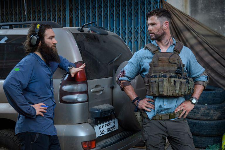 Chris Hemsworth junto al director Sam Hargrave