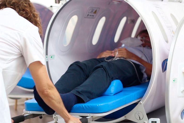 La cámara hiperbárica, un dispositivo médico donde el paciente respira altas concentraciones de oxígeno