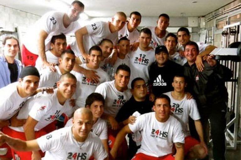 Maradona, en el vestuario, junto a todo el plantel de Deportivo Riestra