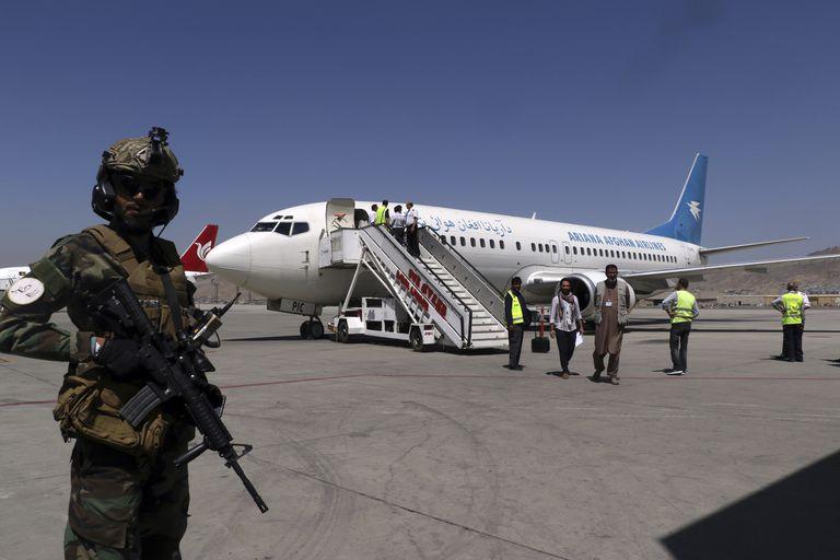 Un soldado talibán custodia la pista del Aeropuerto Internacional Hamid Karzai en Kabul, Afganistán, el 5 de septiembre de 2021