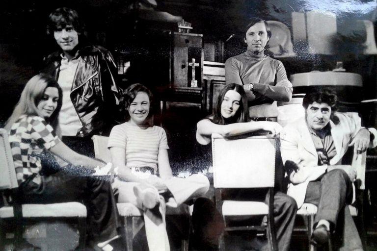 Stivel, rodeado de actores: Luisina Brando, Emilio Alfaro, Virgina Lago, Bárbara Mujica y Juan Carlos Gené