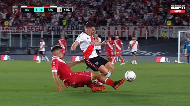 Gallardo reclamó la tarjeta roja por una fuerte falta a Julián Álvarez