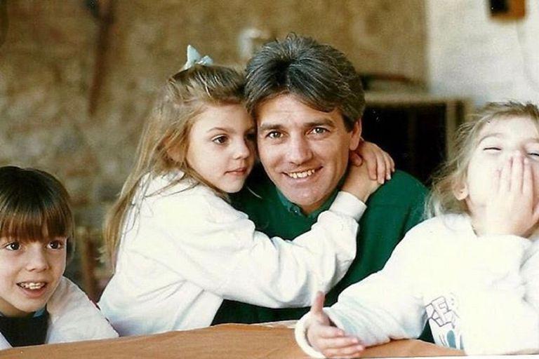De niña, Bárbara Hoffmann abraza a su papá rodeados de sus hermanos, Federico y Victoria, la hija menor del artista