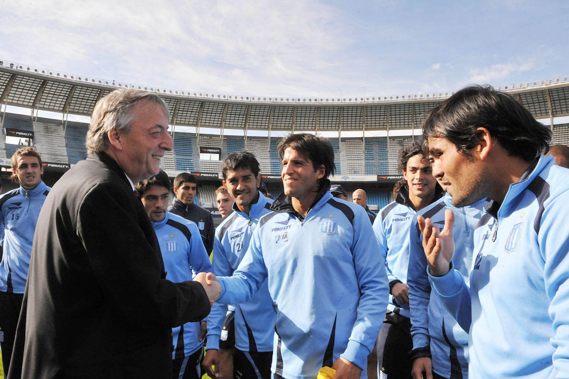 Néstor Kirchner saluda a los jugadores de Racing en el estadio de Avellaneda el 4 de junio de 2009