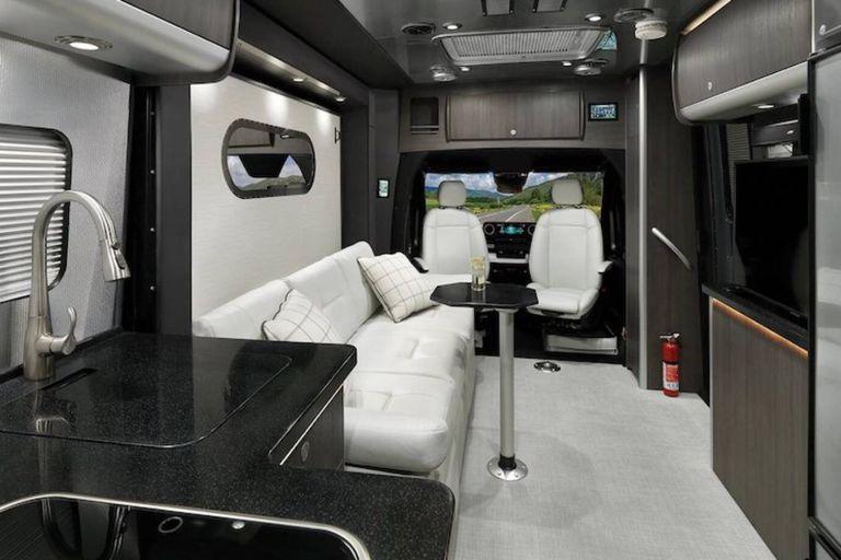 El Atlas Touring es una camioneta Mercedes Benz que cuenta con el diseño interior de la icónica compañía de casas rodantes Airstream