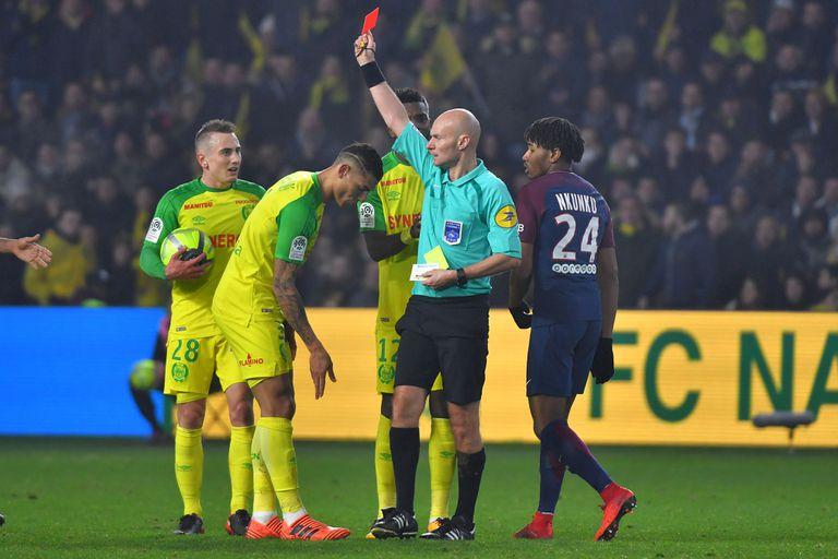El momento de la polémica: Chapron expulsa a Diego Carlos, al que previamente le había dado una patada