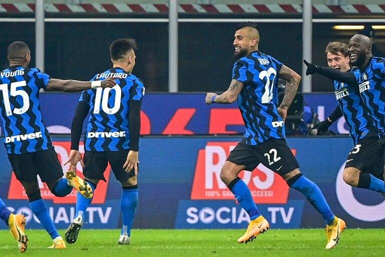 Arturo Vidal y Lautaro Martínez festejan uno de los goles del Inter a la Juve.