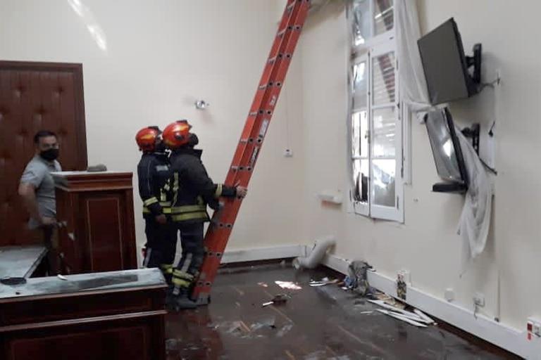 Un grupo de manifestantes provocaron destrozos en el edificio de Casa de Gobierno, en Rawson, en el marco de una marcha contra la minería en Chubut.