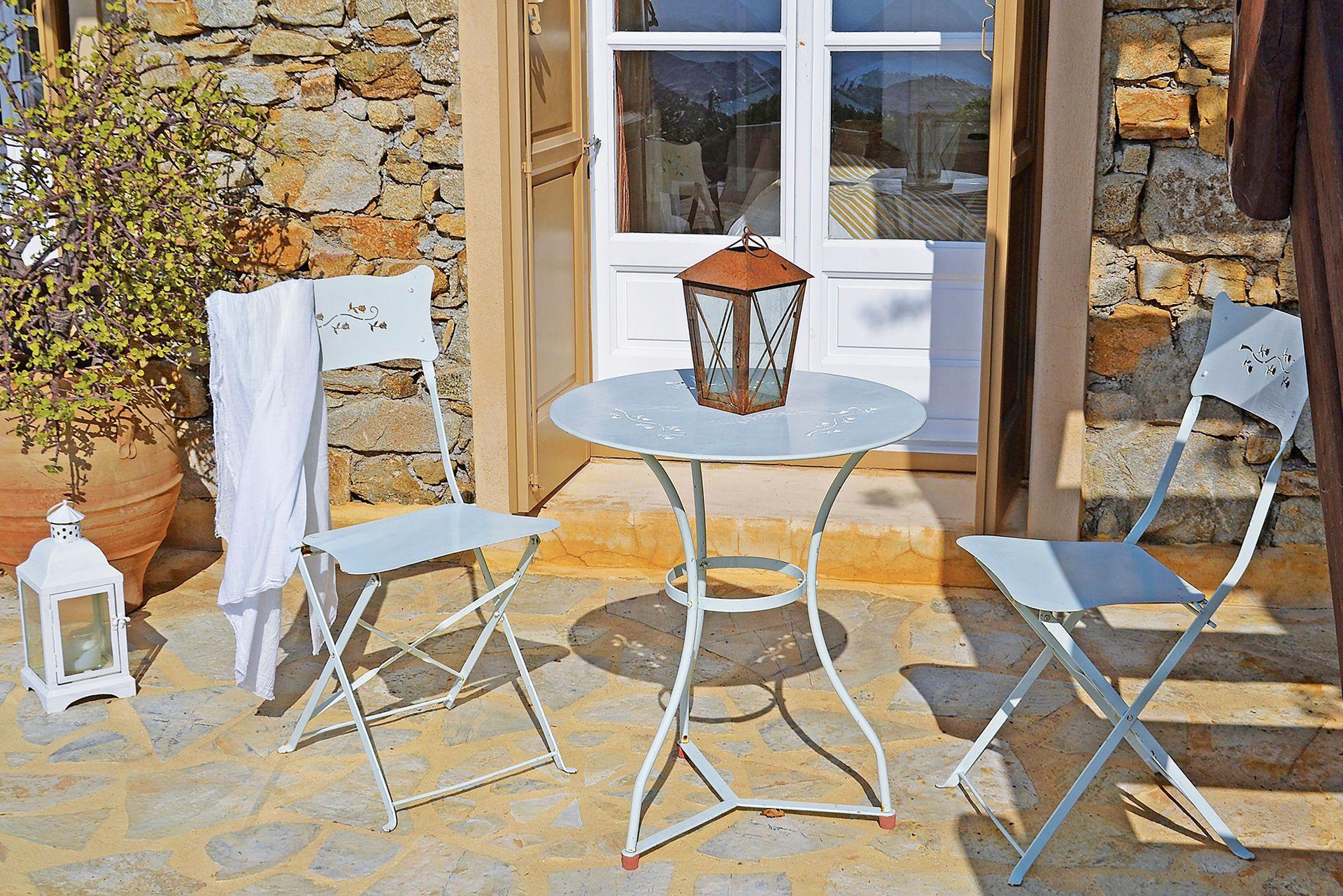 Simples a primera vista, los muebles de exterior tienen pequeños y delicados dibujos labrados.