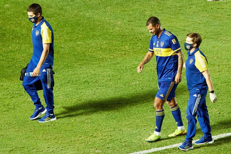 Edwin Cardona sale lesionado luego anotar un golazo durante el partido entre Boca y Banfield por la final de la Copa Diego Maradona.