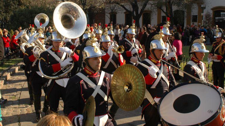 (2006) Por los 200 años de la Reconquista, la Banda Militar Ituzaingó tocó en la plaza de la Recoleta