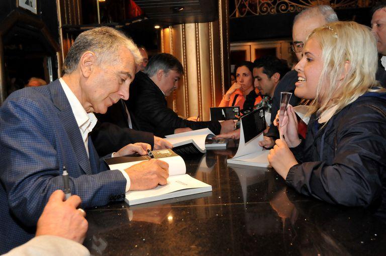 Anoche, Jorge Maronna firmando autógrafos