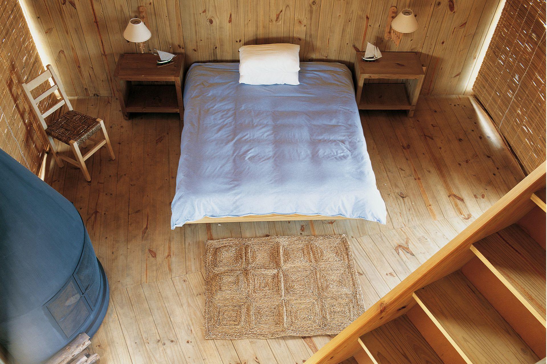 El dormitorio principal, con la misma pureza extrema en muebles y objetos que el resto de la casa, tiene estufa propia.